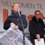 Iren Vatne frå Reisemål Sogndal og Luster tek imot målprisen 2011