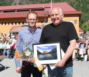 Breheimsenteret frå målprisen 2014. Oddmund Hoel (Luster mållag) og Peder Kjærvik (Breheimsenteret)